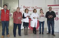 Carles Juncosa, a l'esquerra, i col·laboradors del Banc de Sang.