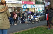 Accident entre dos turismes i una motocicleta a Tarragona