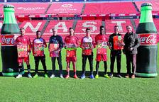 Los jugadores del Nàstic y miembros del equipo técnico con responsables de Coca-Cola, en la presentación del calendario en el Nou Estadi.