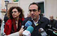 Primer pla del diputat electe de Junts per Catalunya Josep Rull atenent els mitjans a Cambrils.