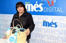 Concepció Munté Castillo recull la cistella de Diari Més amb productes Caprabo