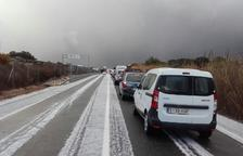 Una tormenta de granizo bloquea la red vial del norte del Tarragonès