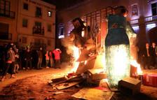 El Carnaval de Tarragona diu adéu amb molta sàtira, espurnes i llàgrimes de dol