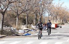 Camiones llenos vierten desperdicios al polígono que une Gabarras y la Floresta