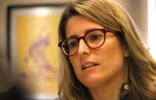 Primer pla de la portaveu de JxCat, Elsa Artadi, amb un quadre que representa el Parlament al fons, durant l'entrevista amb l'ACN