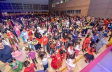 Un total de 255 personas y 12 comparsas se lucen en el desfile de Carnaval de Constantí