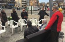 L'alcalde de Calafell instal·la el sofà a la plaça del Mediterrani de Segur per atendre els veïns