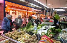 Algunas de las paradas en el interior de las instalaciones del Mercado Central de Reus, ayer.