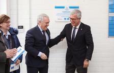 El alcalde, Josep Fèlix Ballestros, y el presidente de la Diputación, Josep Poblet, descubren la placa.