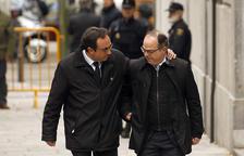 El diputado de Juntos per Catalunya Josep Rull coge por el hombro al candidato a la investidura y también diputado de JxCAT, Jordi Turull, antes de entrar en la sede del Tribunal Supremo.