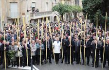 El carrer de les Coques s'omple per la benedicció de les palmes i els rams de llorer