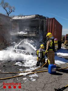 Un camió carregat d'àcid s'incendia a l'N-420 a Caseres