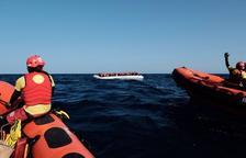 L'equip de Proactiva Open Arms realitzant tasques de salvament de refugiats al Mediterrani.