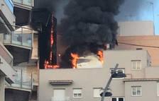 Espectacular incendi en un pis de Calafell