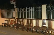 Las sillas de casa sustituyen las marquesinas de la EMT en Mas Pastor