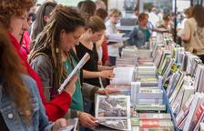 Els llibres de l'1 d'octubre i el color groc marquen la diada al Mercadal