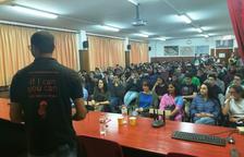 L'Amin Sheik, impulsor de 'Bombay to Barcelona Library Café, va explicar el projecte als alumnes.