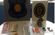 S'ha interceptat 1.550 euros en bitllets, cocaïna i diversos estris per a la seva distribució.