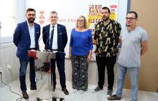 Foto de família dels representants de l'Ajuntament d'Amposta, la Lliga Contra el Càncer i els promotors de Lo Riu Sona Festival, en la presentació del certamen.