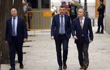 L'exconseller de Cultura Santi Vila arriba a la seu del Tribunal Suprem acompanyat del seu advocat, Pau Molins.