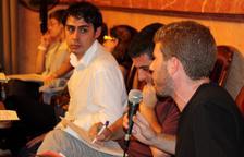 El concejal de la CUP, Marc Font, interviniendo al pleno con el concejal del PP, a Francis Álvarez, mirándolo atentamente