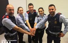 Els sis mossos van recaptar 285 euros que van lliurar al matrimoni.