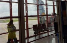 Imagen de la columna de humo visible desde el aeropuerto.
