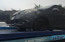 El vehicle dels veïns serrallencs va quedar després greument afectat després de l'accident.