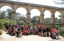 Els participants de la caminada al Pont del Diable