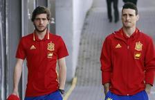 Sergi Roberto, a la izquierda, con Aritz Aduriz, que tampoco irá al Mundial.
