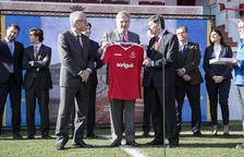 El ministro Méndez de Vigo, en el centro, en el Nou Estadi, con Ballesteros y el presidente del Nàstic.