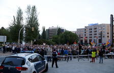 La concentración en la plaza Imperial Tarraco de Tarragona, con la subdelegación del gobierno español acordonada por los Mossos D'Esquadra.