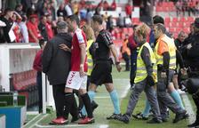 César Arzo abandona el césped del Nou Estadi después de la derrota contra el Osasuna.