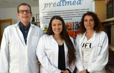 La investigadora predoctoral Lucia Camacho, con la investigadora Mònica Bulló y el catedrático Jordi Salas-Salvadó.