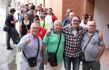 Algunos de los aficionados que han adquirido las entradas para el partido en Huesca.