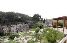 Un dels miradors de la pedrera romana des d'on s'observa el Clot i l'Agulla del Mèdol.