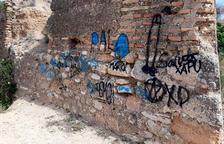 Pla general d'un mur del Fortí d'Orleans de Tortosa amb les pintades vandàliques