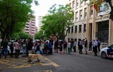Desenes de persones concentrades davant l'Audiència de Tarragona per donar suport als encausats.