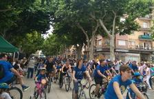Imagen del grupo más numeroso de la bicicletada formado por la Escola Àngels Garriga.
