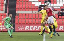 Manu Barreiro intenta rematar una pilota durant l'enfrontament disputat contra Osasuna al Nou Estadi.