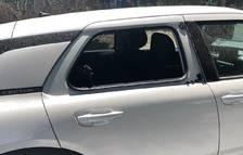 Imagen de archivo de un coche con los cristales rotos.