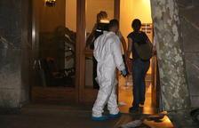 Dos agentes de la policía científica entrando en la vivienda de Vila-nova donde se encontró el cuerpo sin vida de la niña.