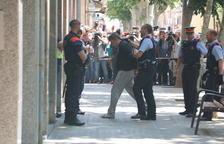 Plano abierto del momento en que los Mossos D'Esquadra llevan al detenido por el crimen de la menor de 13 años de Vilanova i la Geltrú hasta su domicilio para reconstruir los hechos.