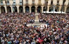 Miles de ciudadanos llenan la plaza de la Vila de Vilanova en recuerdo de la menor asesinada.