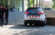 El instante en que el detenido por el crimen de la niña de 13 años de Vilanova i la Geltrú llega en los juzgados dentro de un vehículo de los Mossos D'Esquadra.