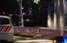 La cinta de los Mossos delimita la calle de Vilanova donde apareció muerta con signos violentos una niña de 13 años.