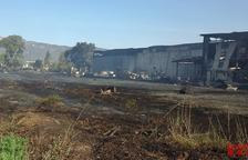 Un incendio quema los astilleros Nicolau en Sant Carles de la Ràpita
