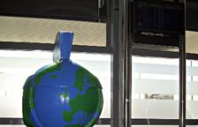 Se ha instalado una réplica de la mascota de los Juegos, Tarracvs, en el vestíbulo del edificio de llegadas.