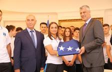 La delegació de Kosovo rep la bandera que lluirà als Jocs Mediterranis