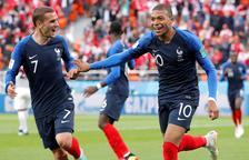 El davanter francès Kylian Mbappé celebra amb Antoine Griezmann el gol contra Perú.